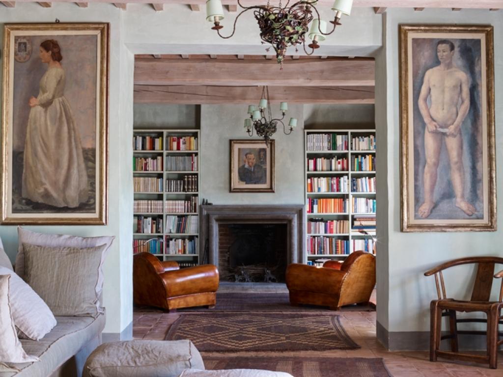 Гостиная с камином в итальянском стиле