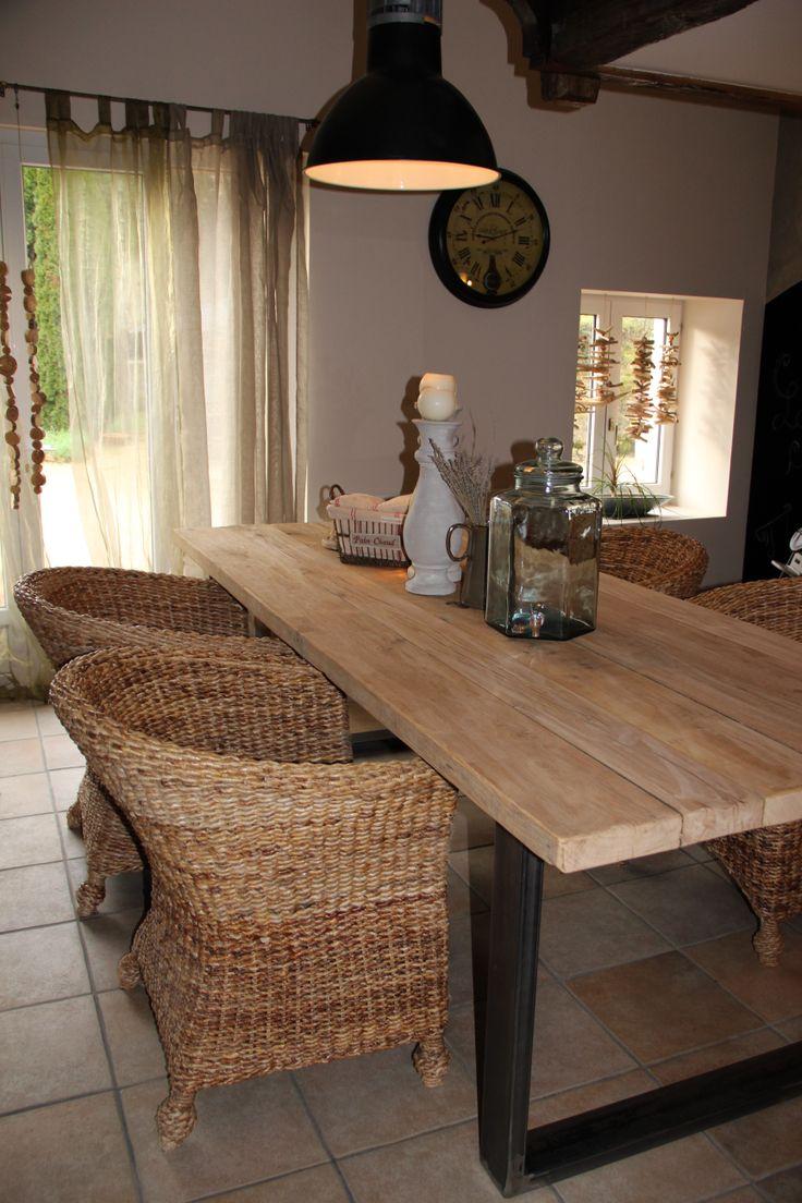 Обеденный стол в стиле кантри