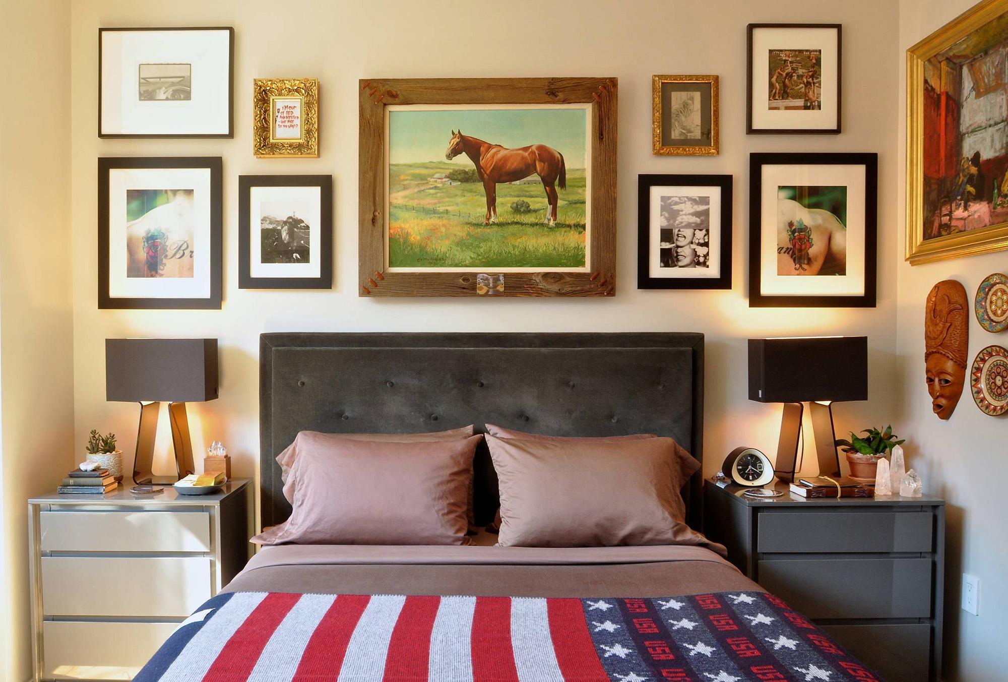 Картина с лошадью и другие картины над изголовьем кровати