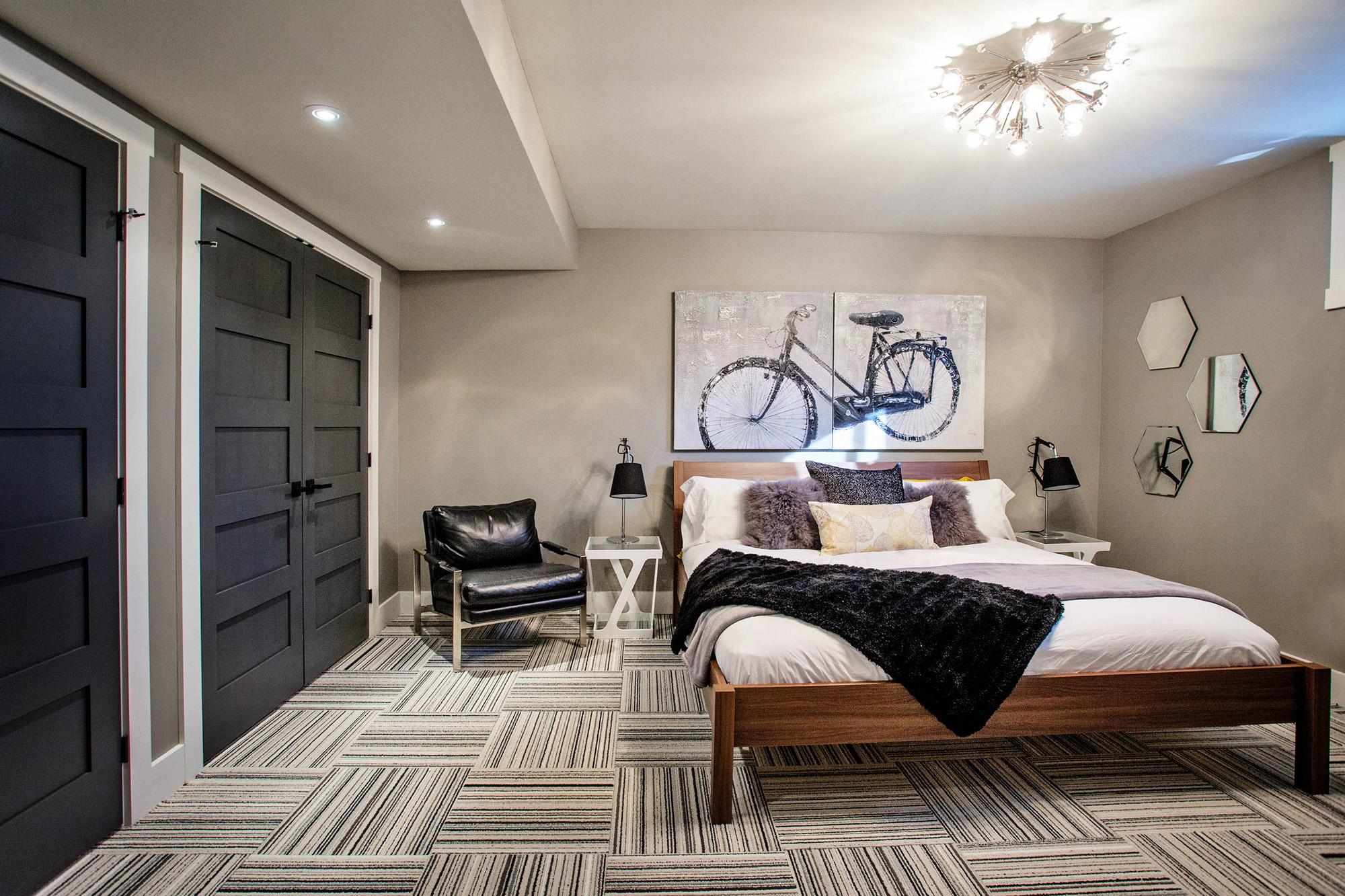 Картина с изображением велосипеда в спальне