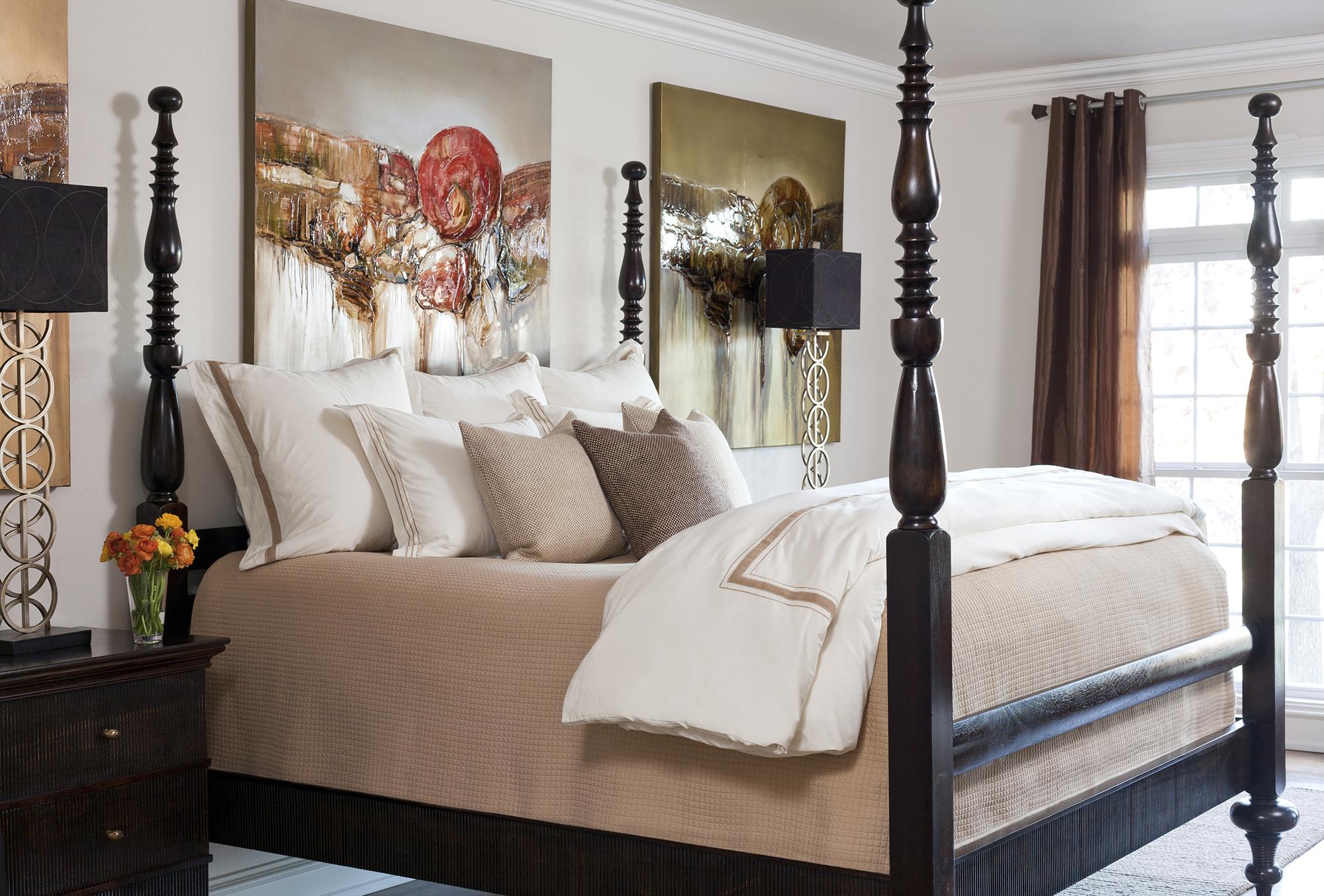 Абстрактные картины в интерьере спальни