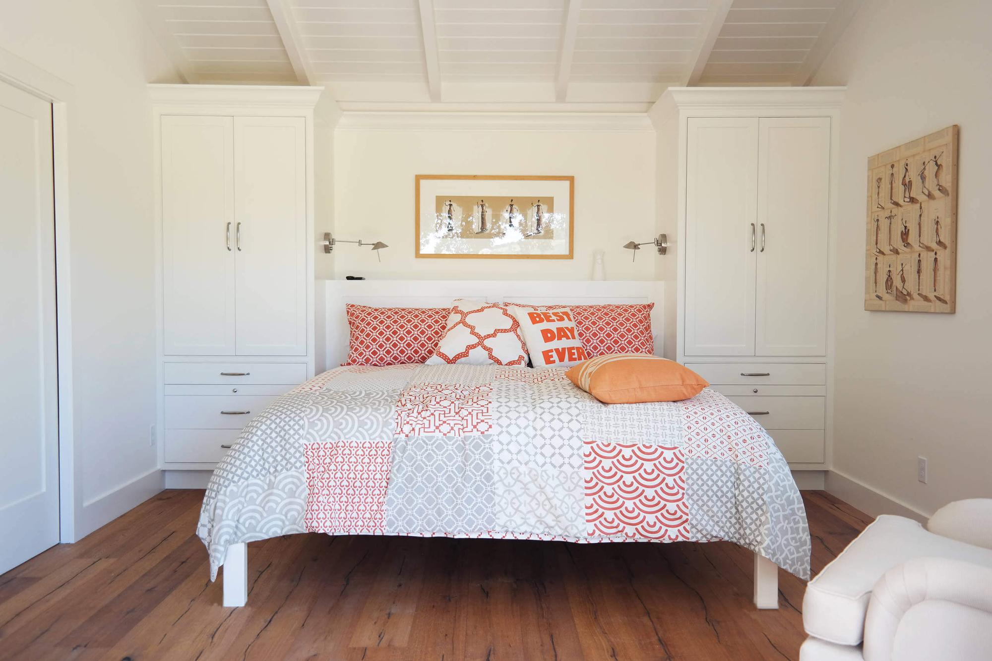 Картины в бежевых тонах в спальне