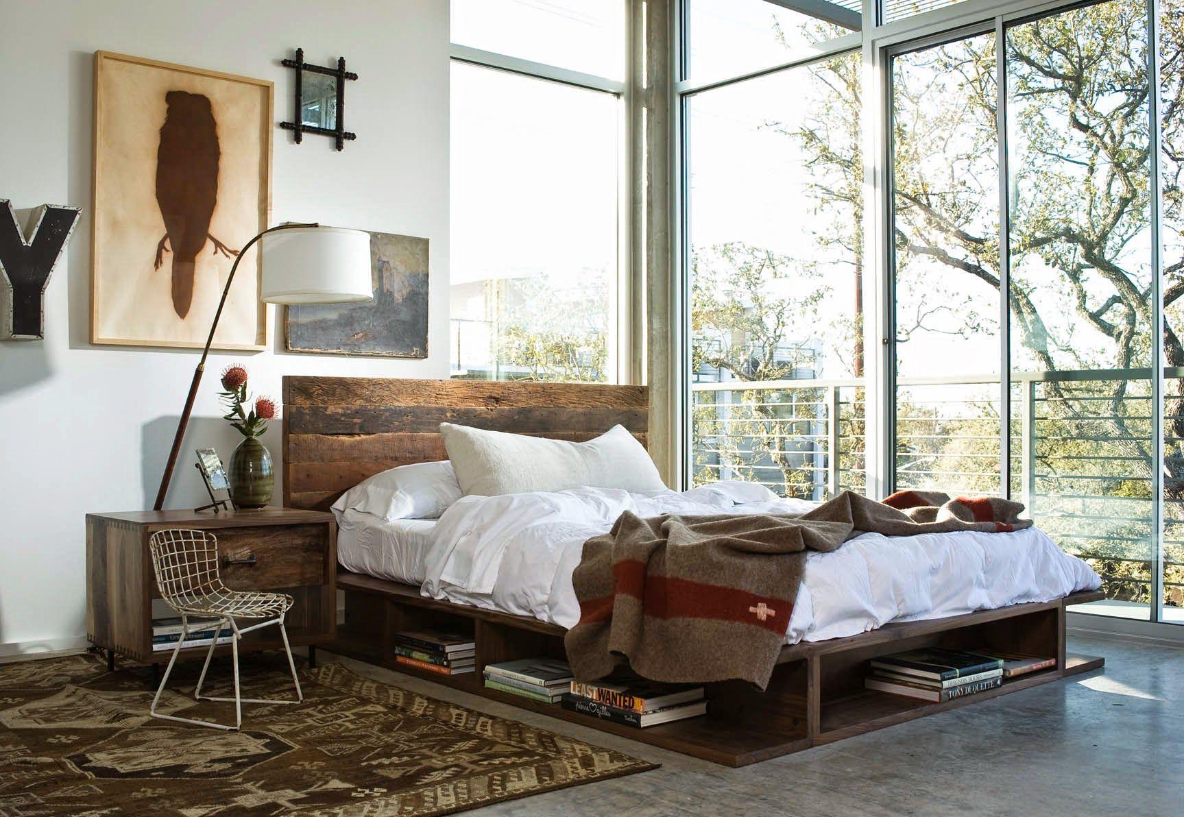 Старинная картина над кроватью в интерьере светлой спальни