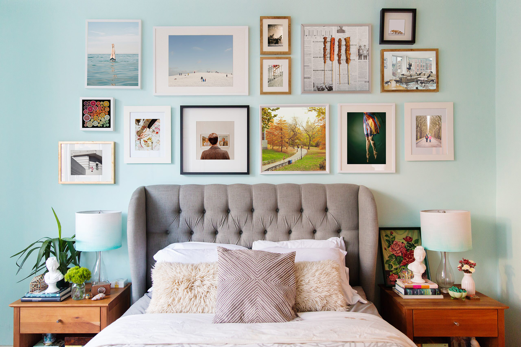Картины в разных рамах в спальне