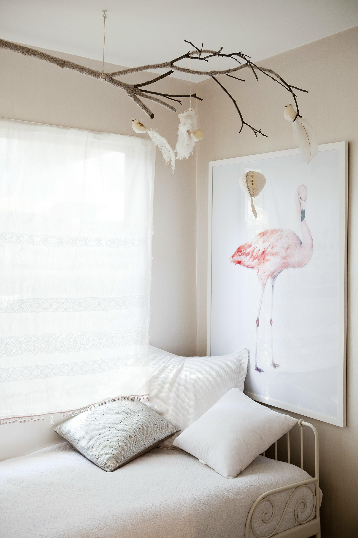 Картина с фламинго в спальне