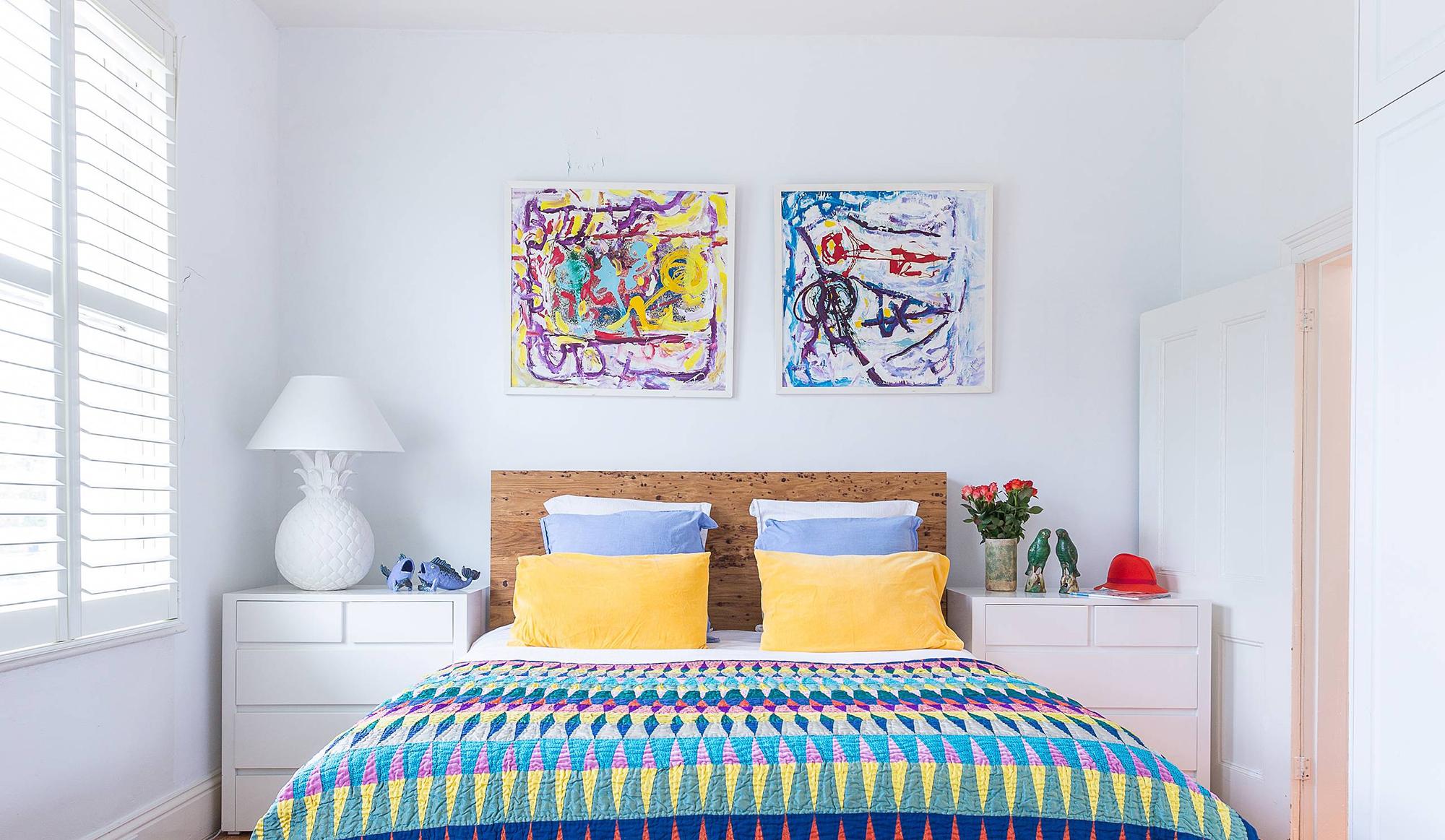 Абстрактные яркие картины над кроватью