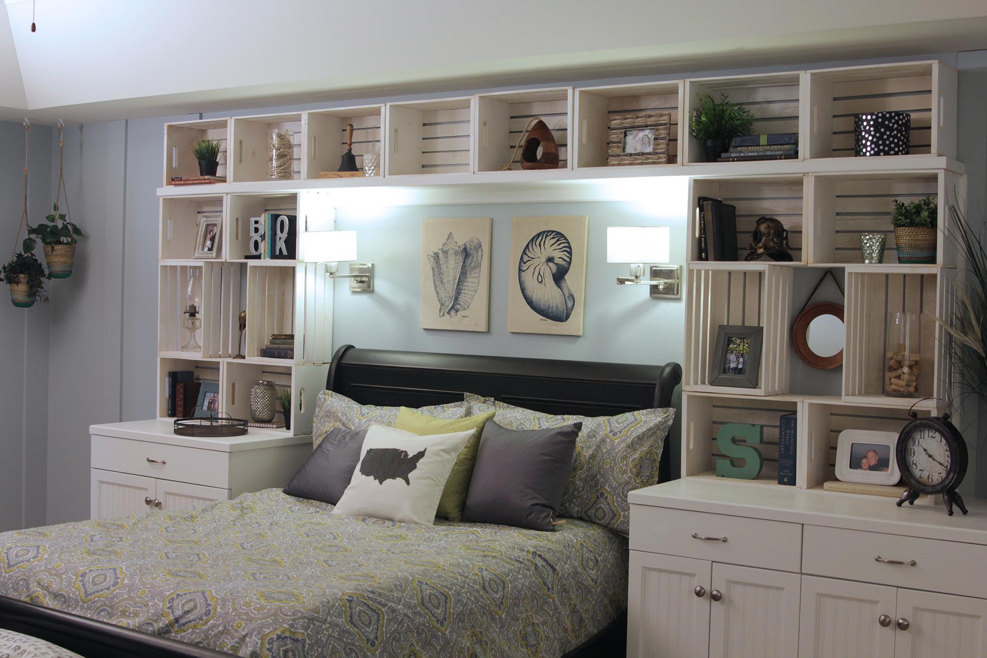 Картины с морскими ракушками над кроватью