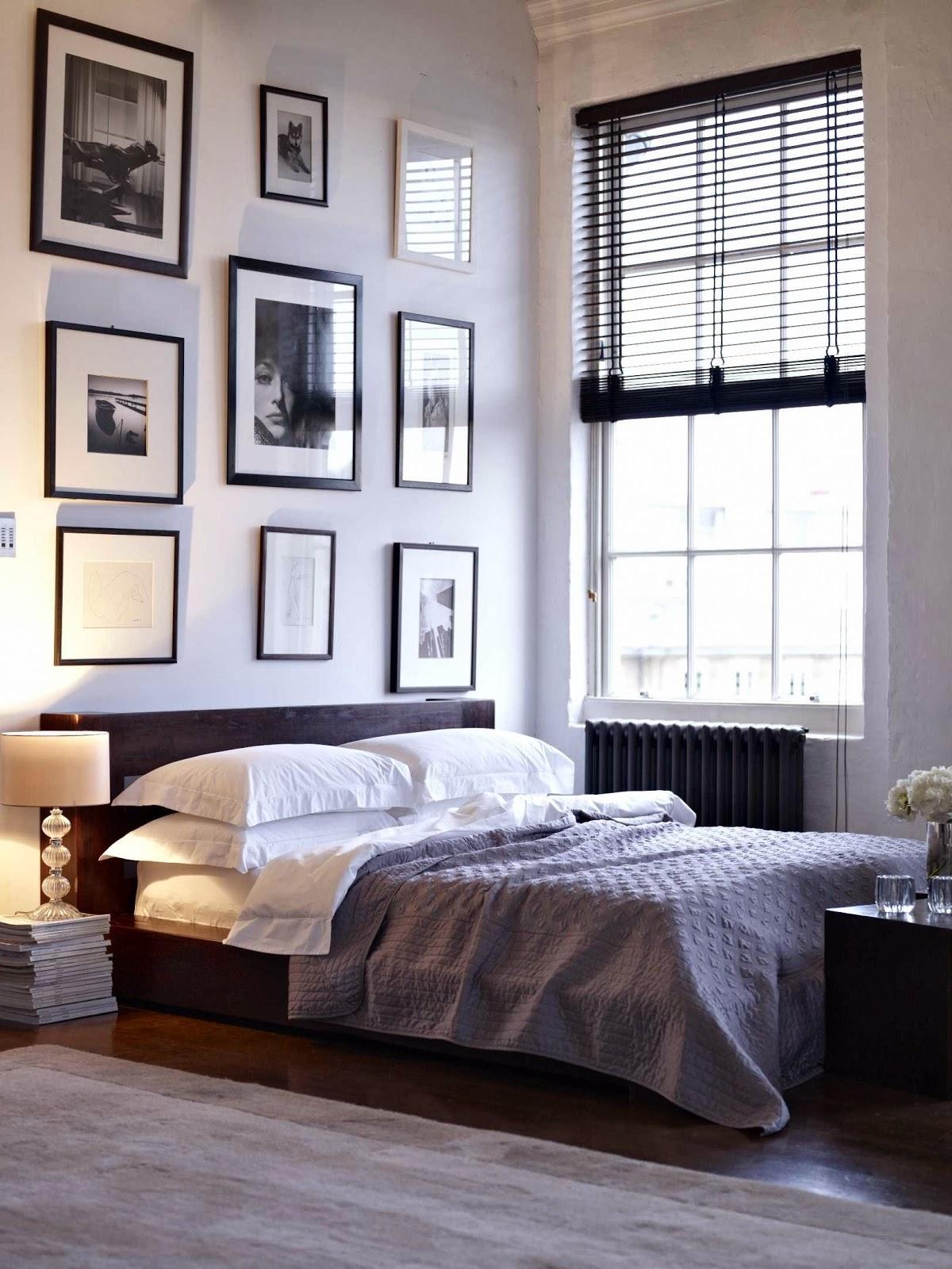 Изображения над кроватью в черных и белых рамах