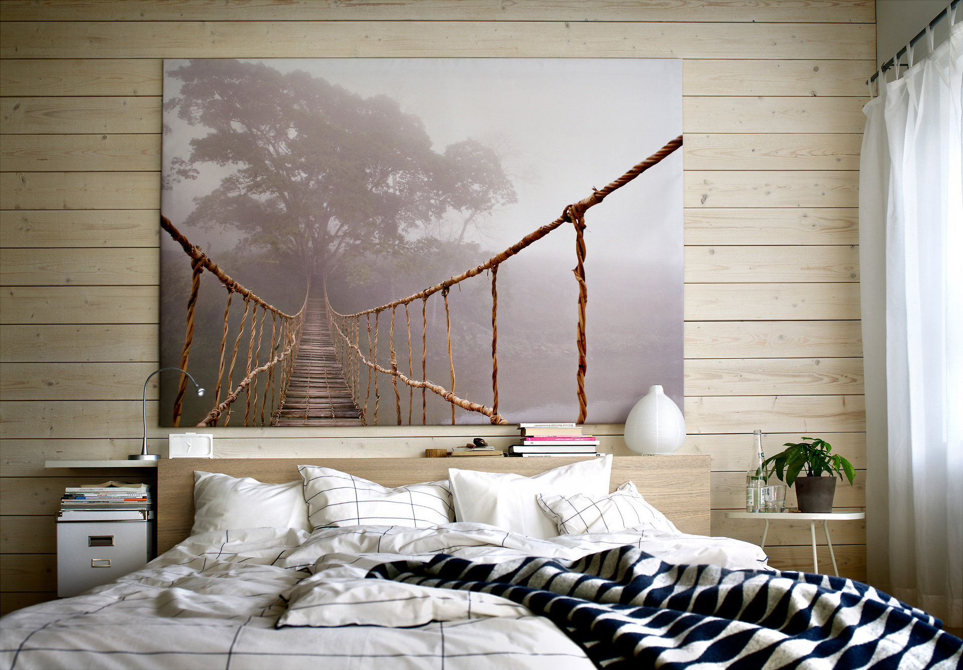 Картина с изображением веревочной тропы в спальне