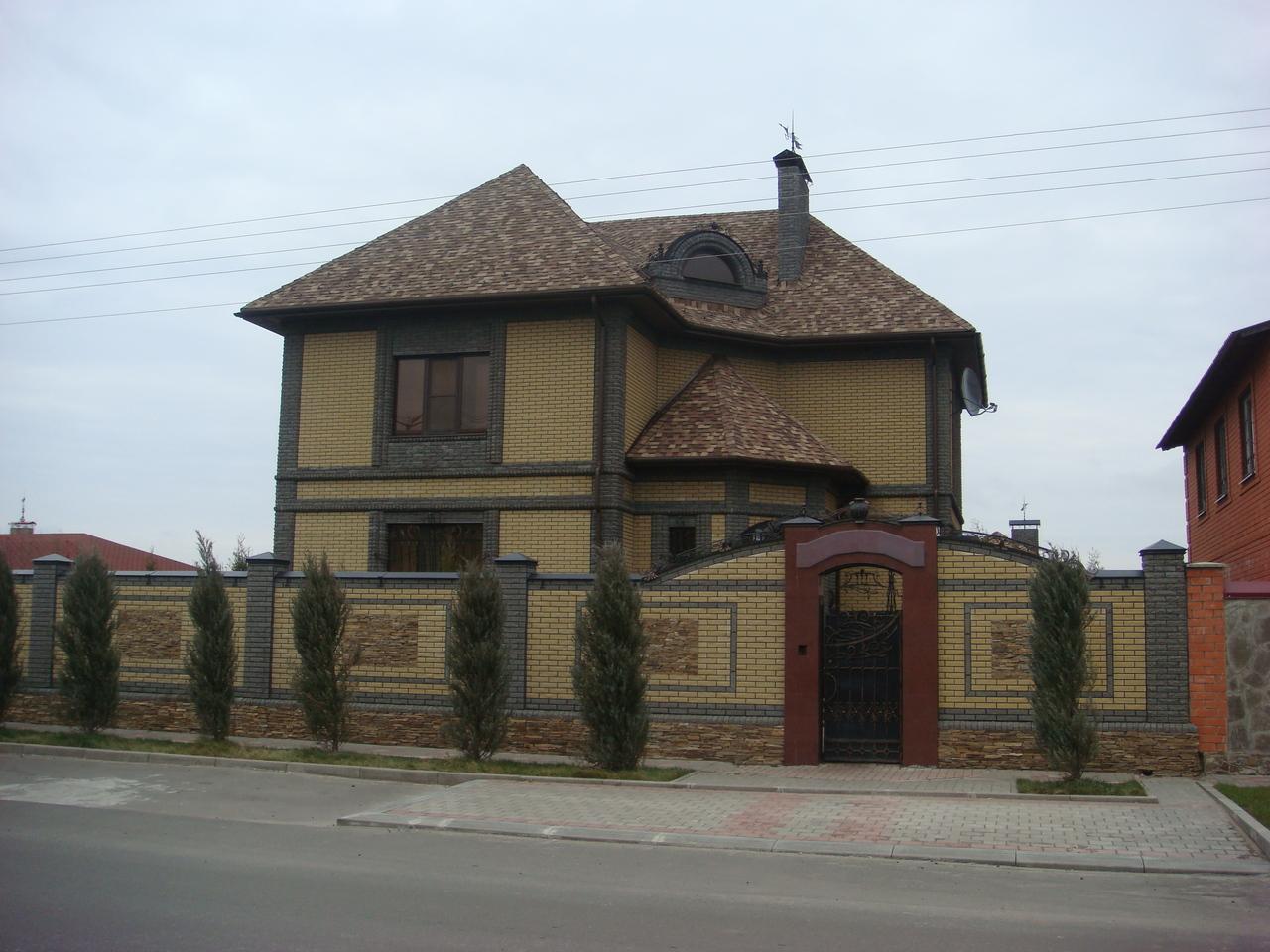 Желтый кирпичный фасад