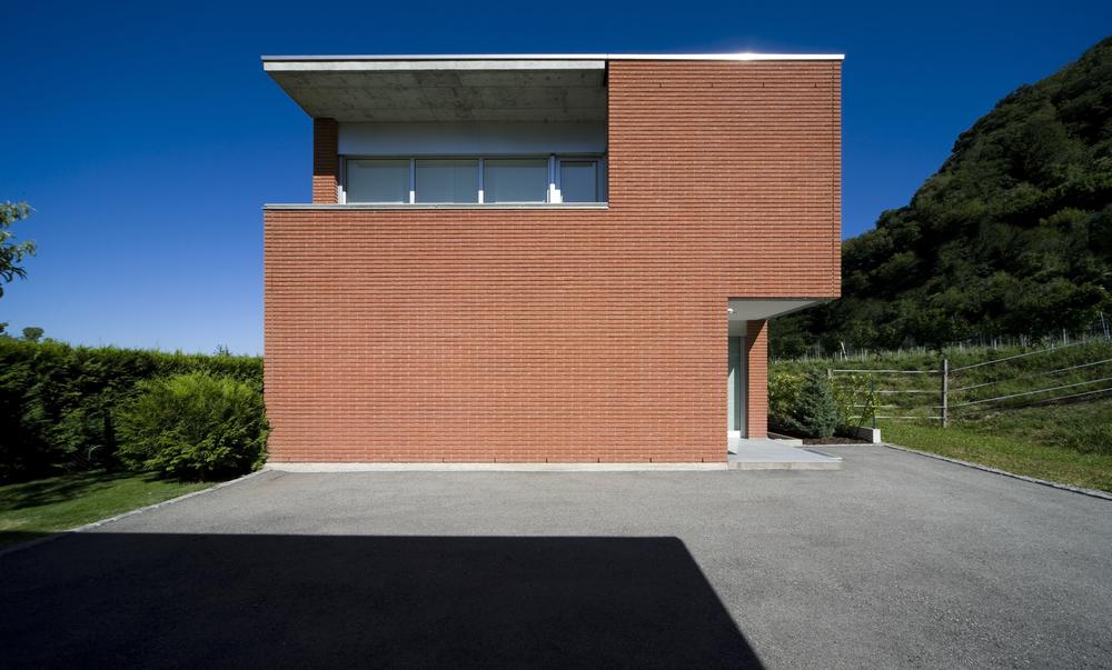 Современный фасад из кирпича