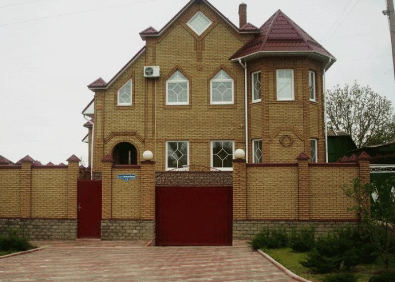Дом облицованный желтым кирпичом