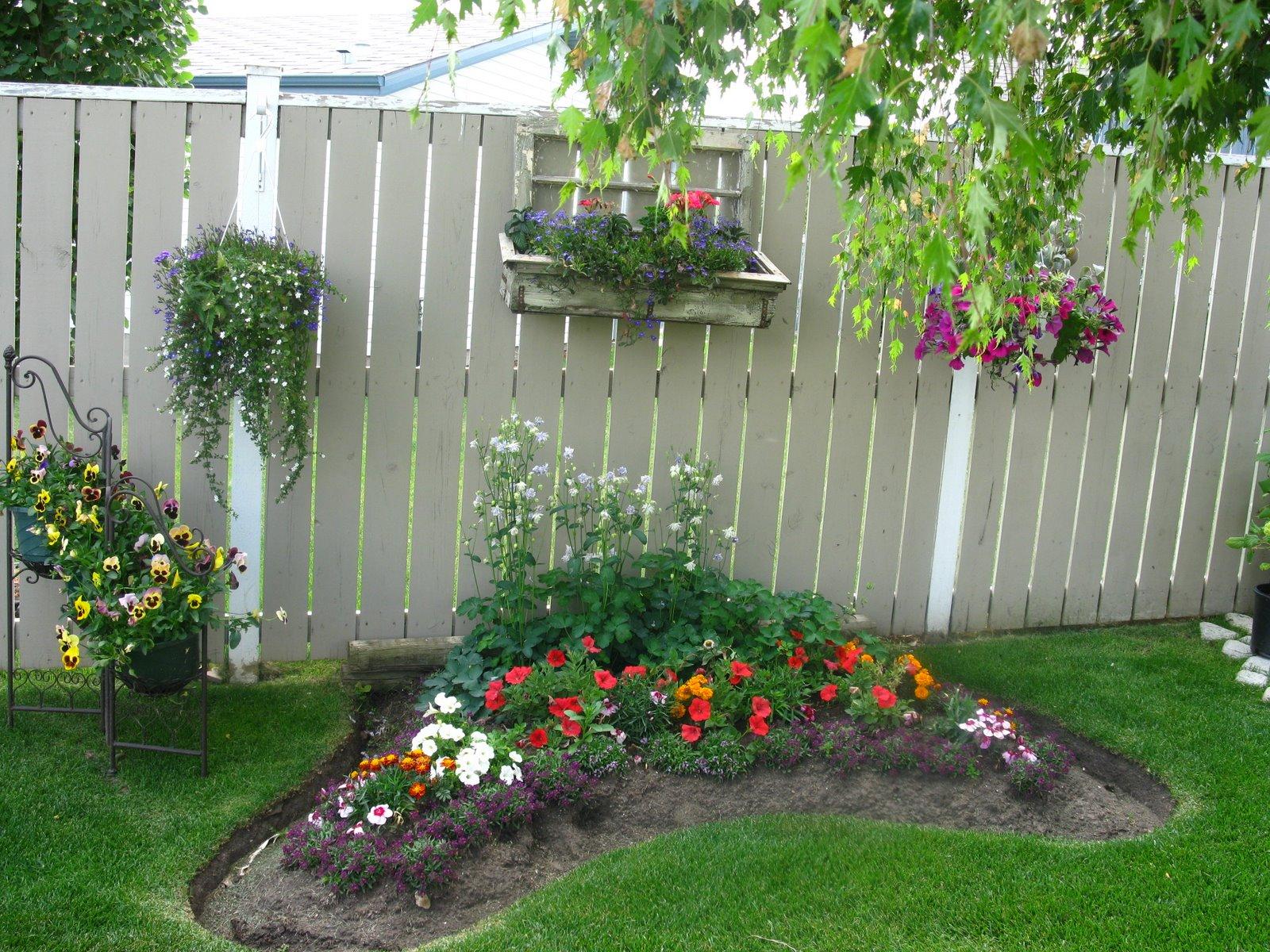 Необычной формы цветочная клумба на даче