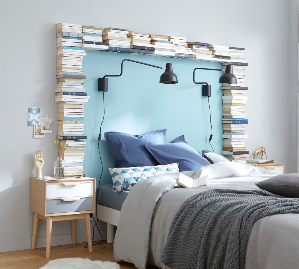 Оформление изголовья кровати книгами