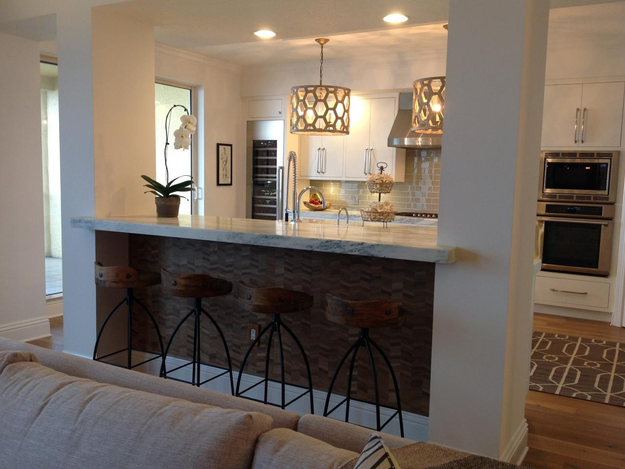Дизайн кухни с барной стойкой и колоннами