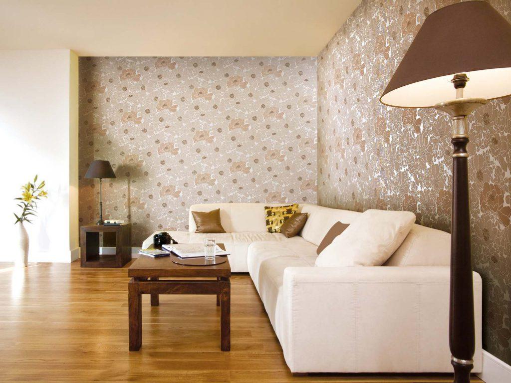 Комбинирование белых и цветочных обоев в просторной гостиной