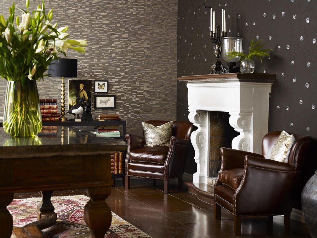 Комбинирование темных обоев  с геометрическим рисунком и с кружками в гостиной