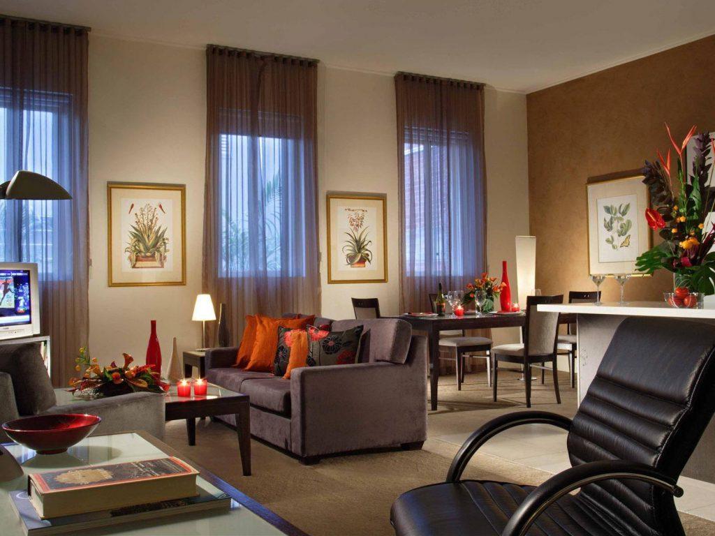 Комбинирование белых и коричневых обоев в интерьере гостиной