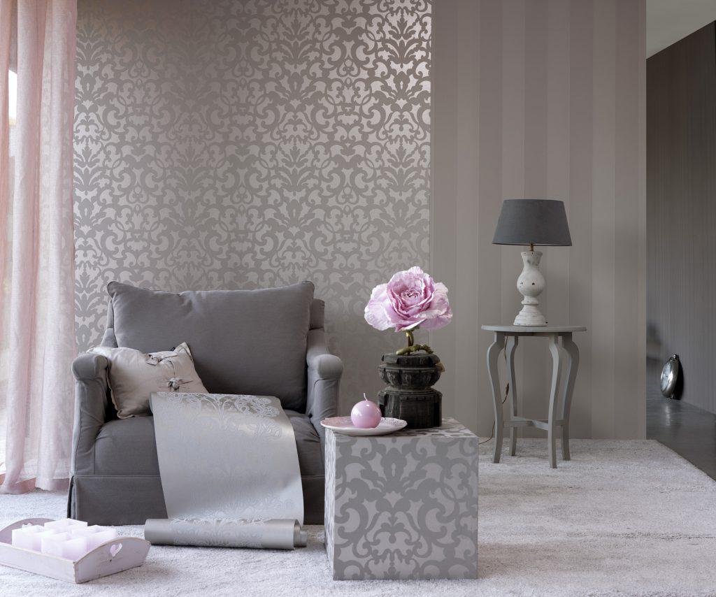 Вертикальное комбинирование серых обоев в гостиной