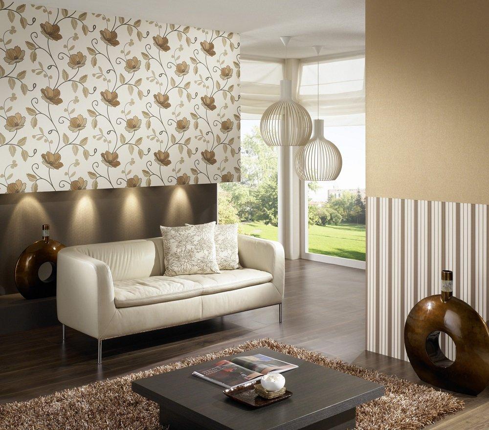 Горизонтальное комбинирование кремовых и коричневых обоев в гостиной