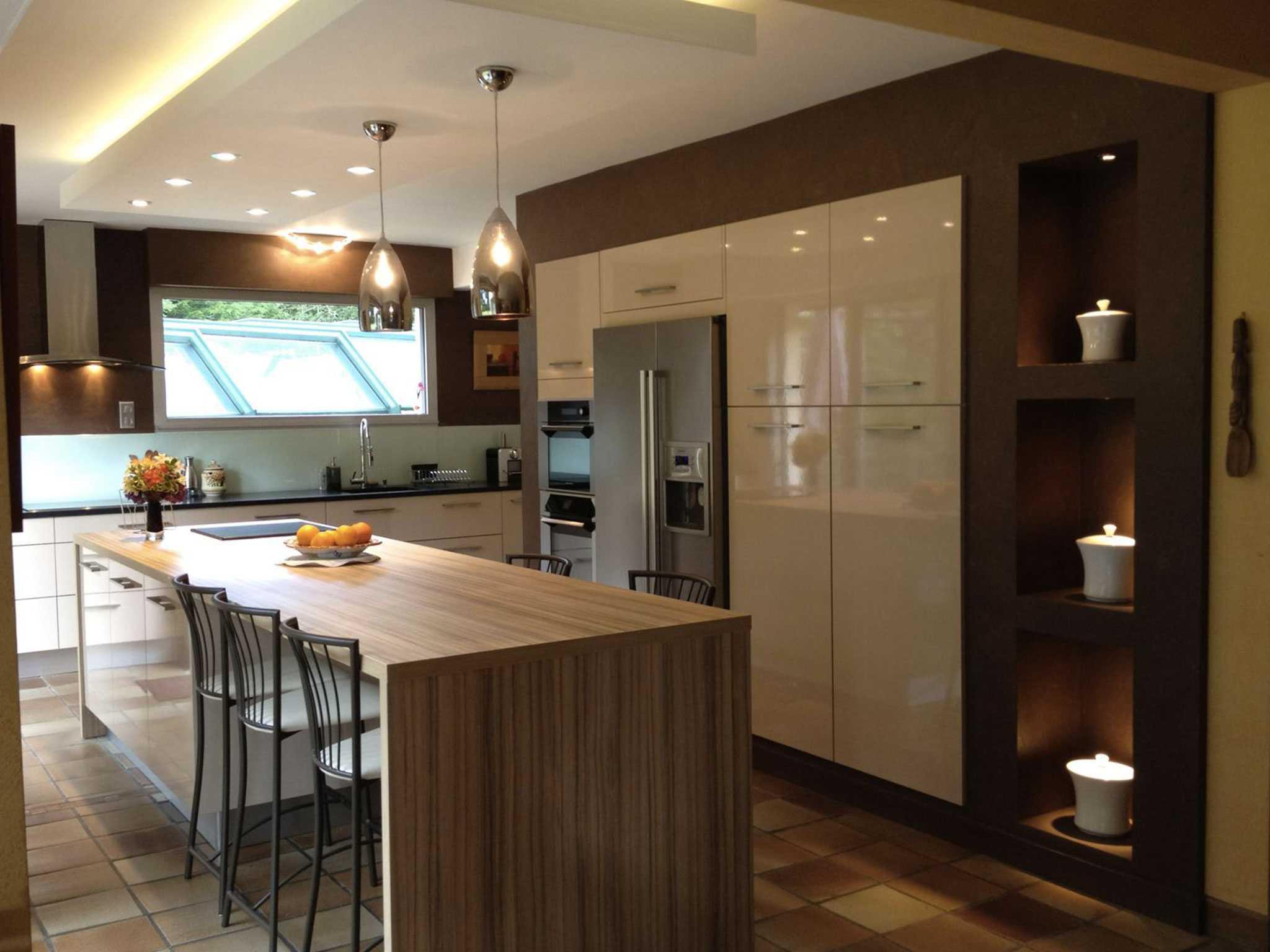 Дизайн кухни с барной стойкой коричневый