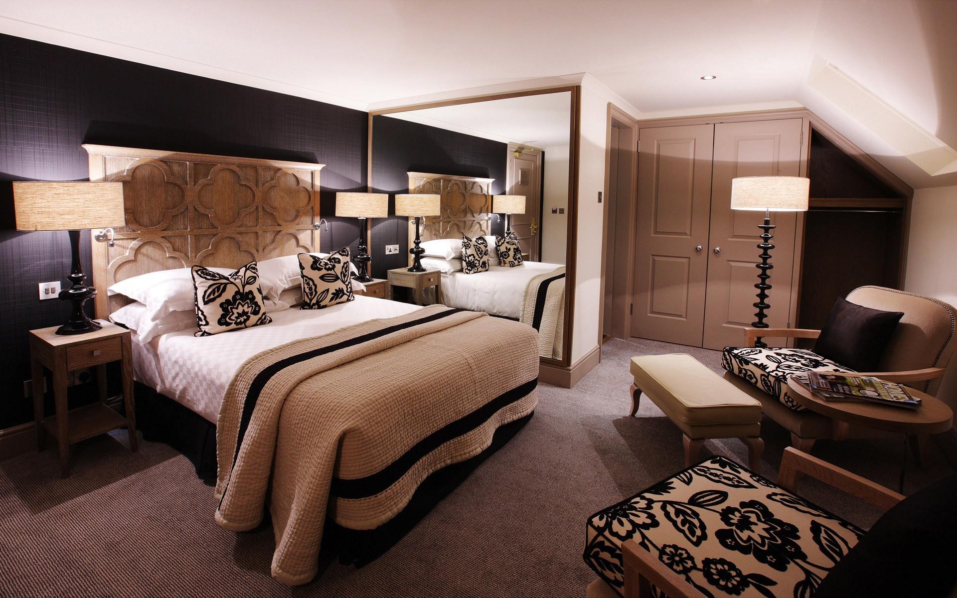Коричневый цвет в большой спальне