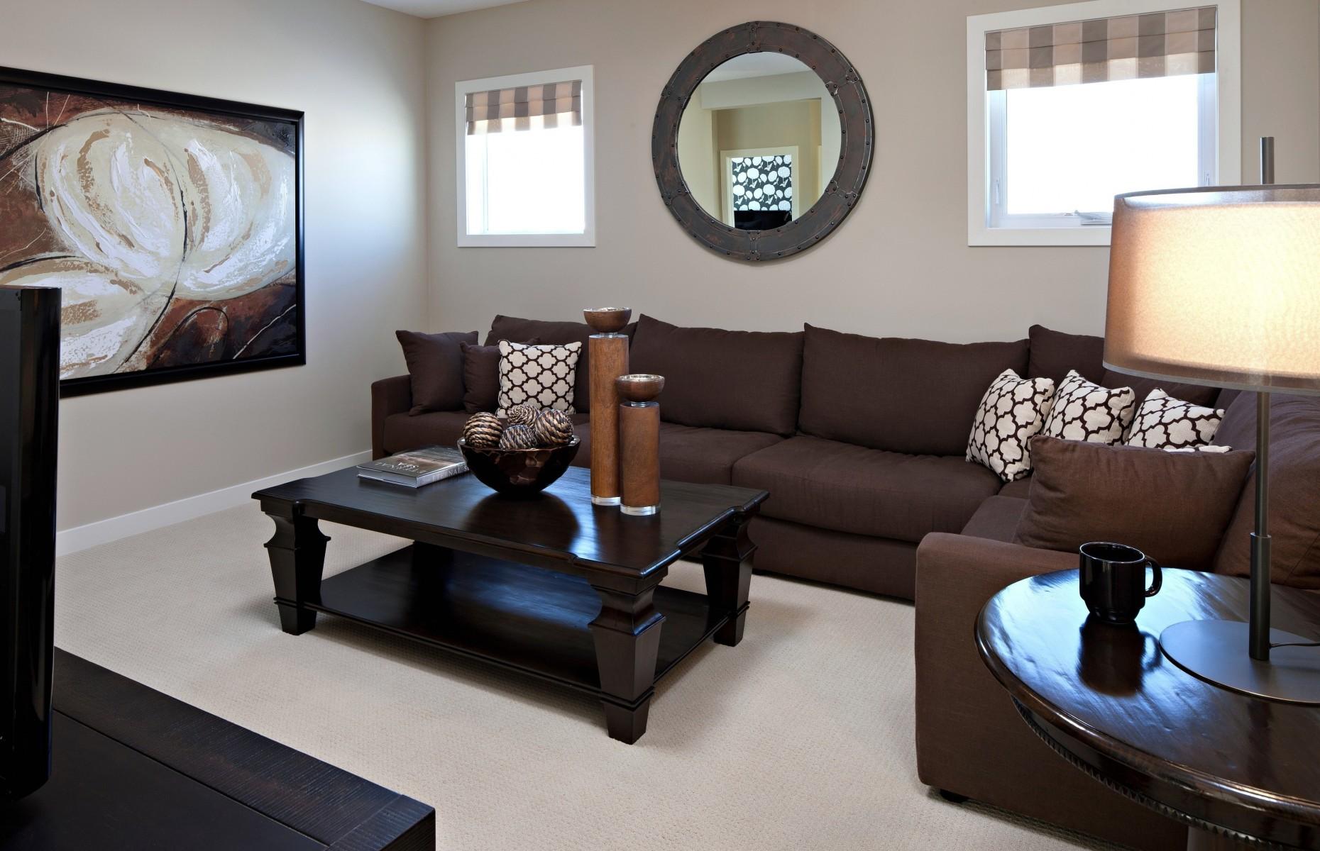 Угловой коричневый диван в гостиной