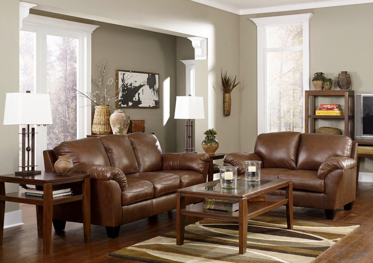 Коричневая мебель в серой гостиной