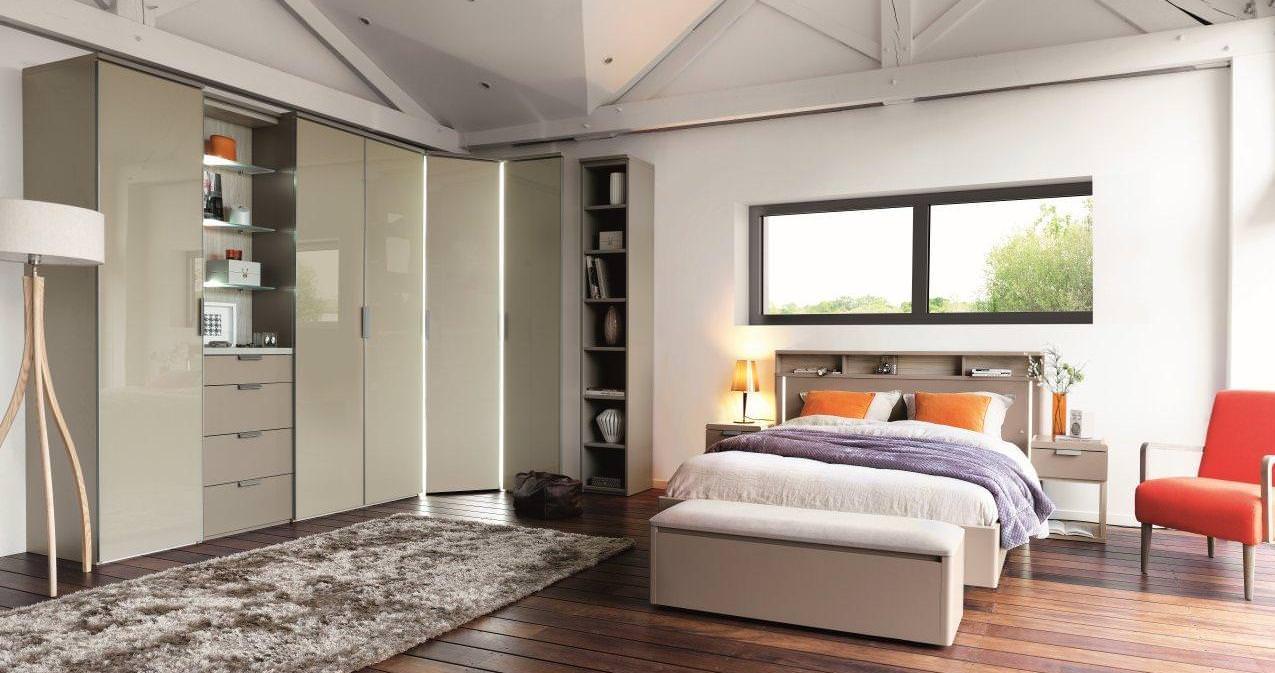 Угловой шкаф корпусный в интерьере спальни