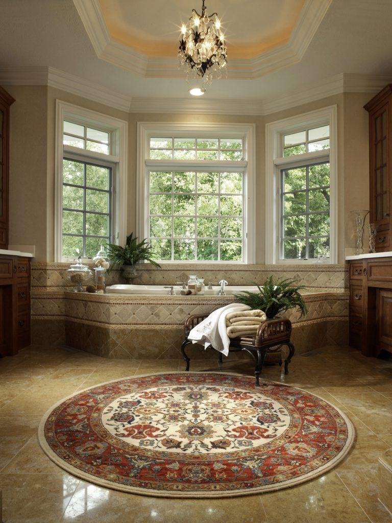Круглый ковер в классической ванной