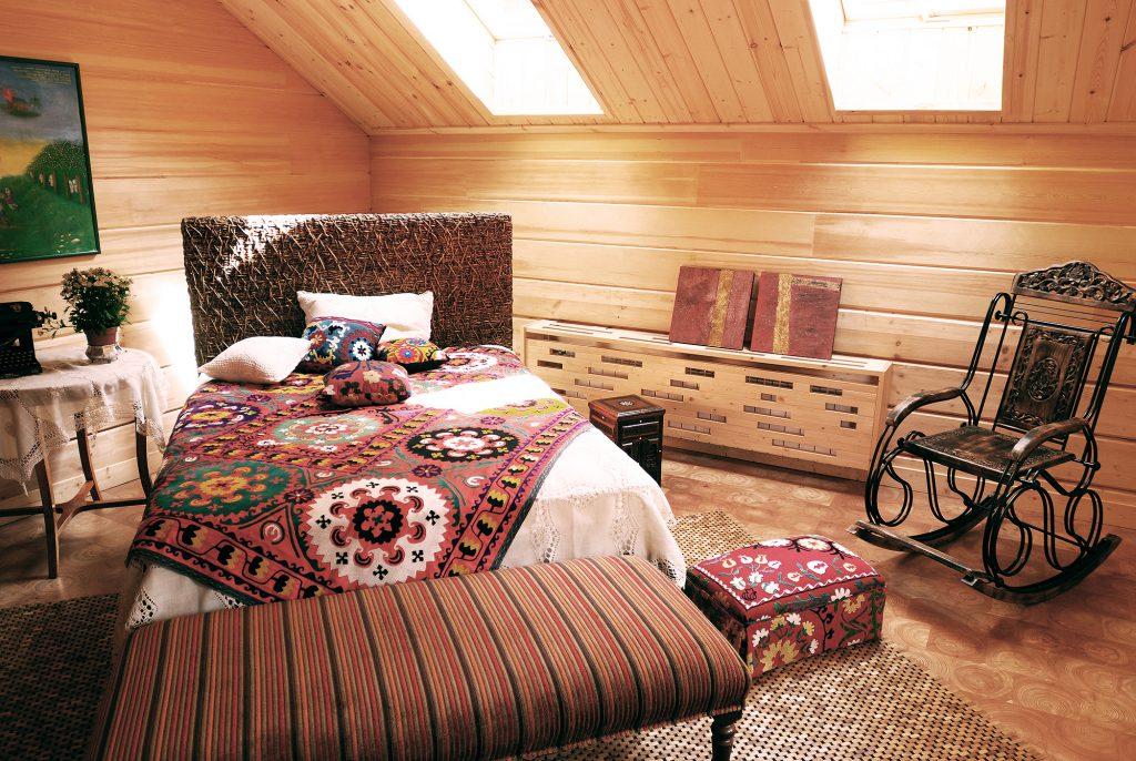 Ковер из дерева в спальне в этническом стиле