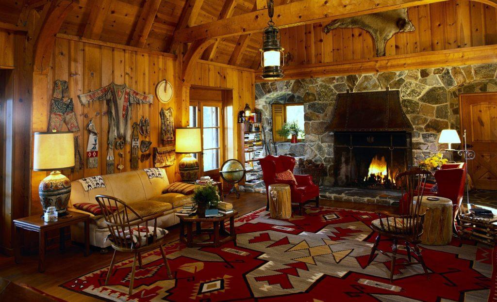 Яркий красный ковер с принтом в доме в индейском стиле