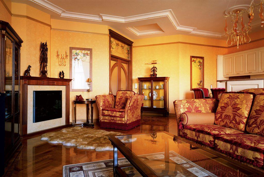 Разные ковры в интерьере ретро гостиной