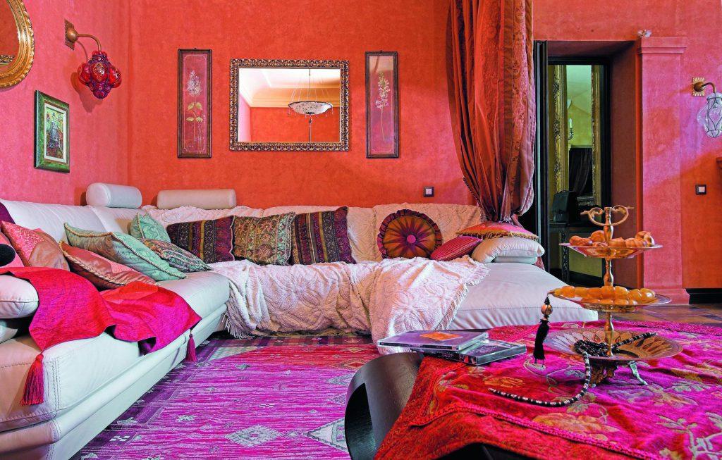 Яркий розовый ковер с принтом в гостиной в бохо стиле
