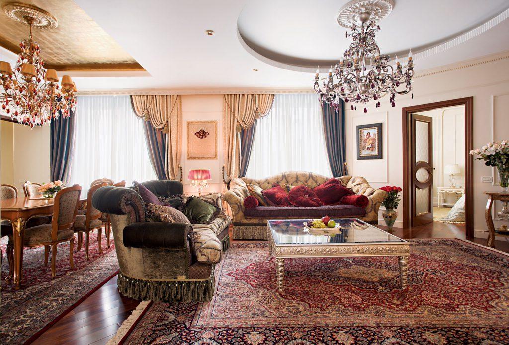 Большие ковры в классической гостиной