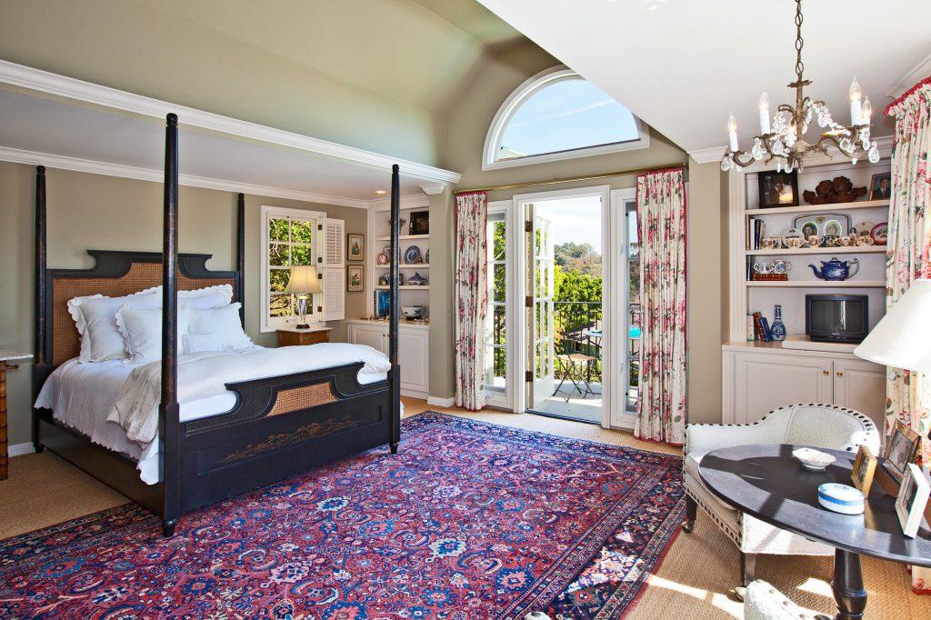 Узорчатый ковер в спальне в стиле кантри
