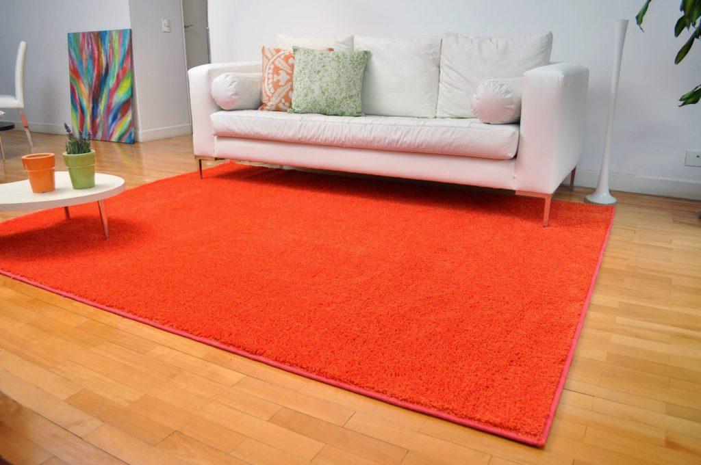 Яркий оранжевый ковер в современной гостиной
