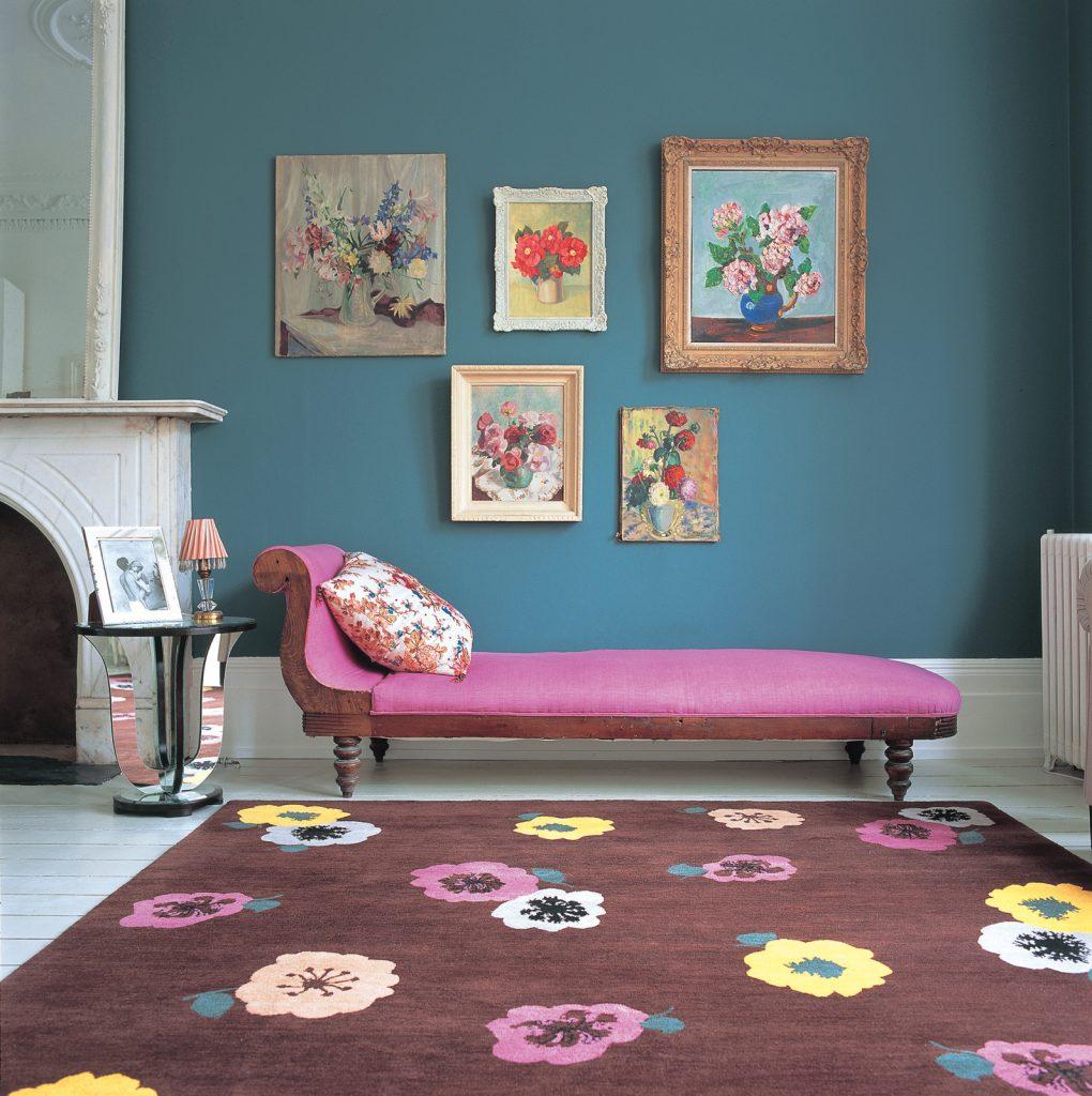Коричневый ковер с яркими цветами в интерьере современной гостиной