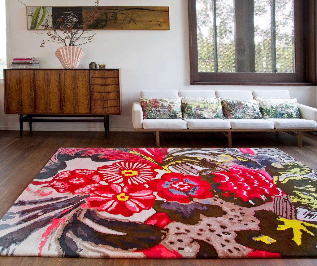 Цветочный яркий ковер в  спокойном интерьере современной гостиной