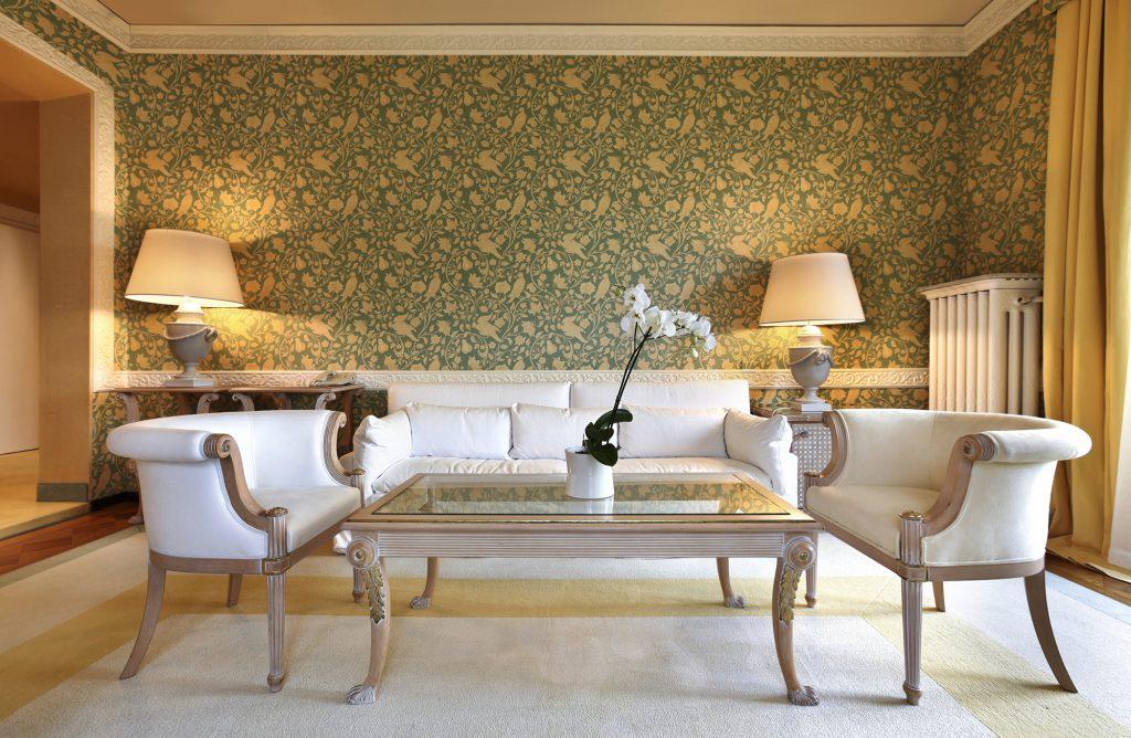 Бежево-желтый ковер в неоклассической гостиной