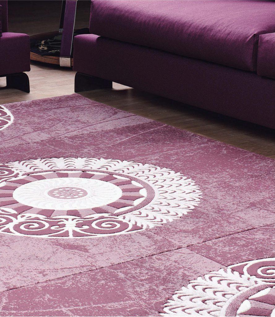 Фиолетово-белый ковер в гостиной