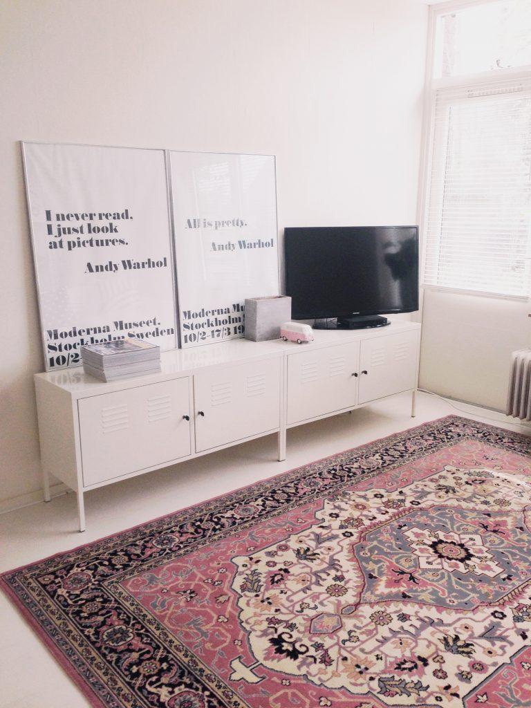 Узорчатый ковер в скандинавском интерьере гостиной