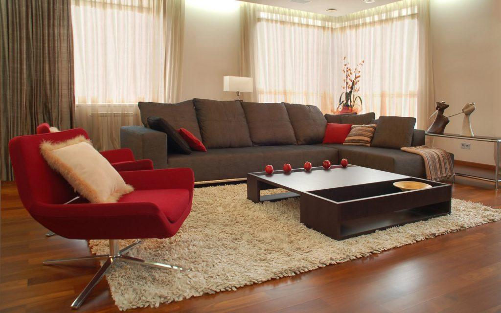 Пушистый кремовый ковер в гостиной