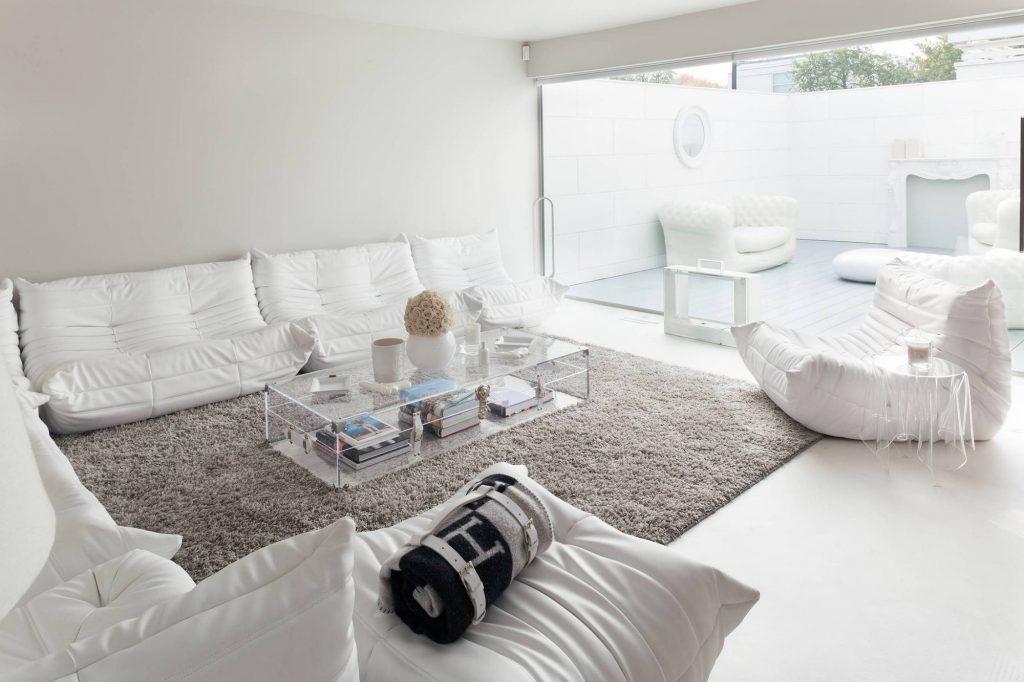 Серый пушистый ковер в светлом интерьере гостиной