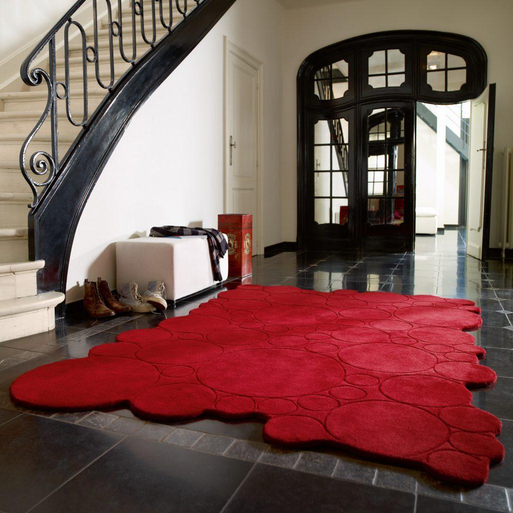 Необычный красный ковер в прихожей