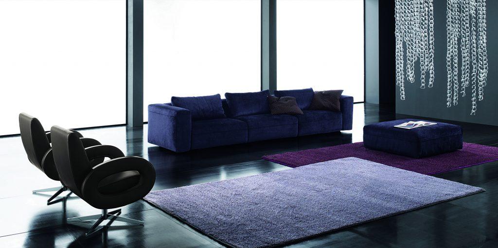 Сиреневые ковры в интерьере гостиной
