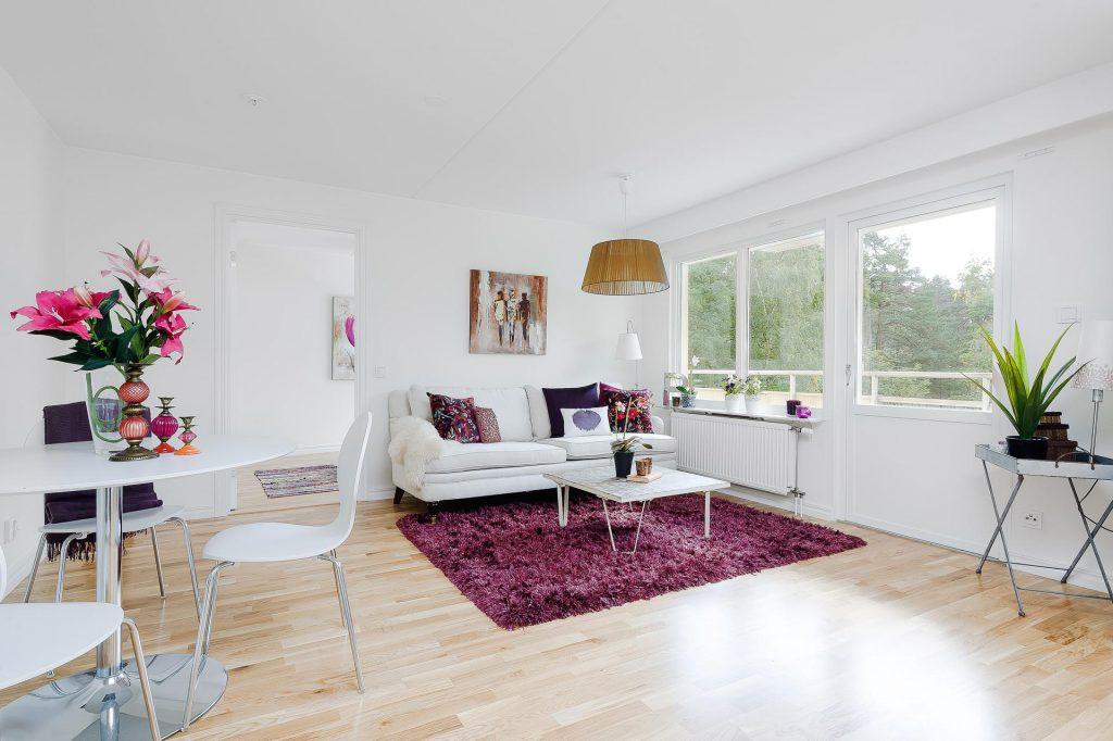 Фиолетовый ковер в белом интерьере