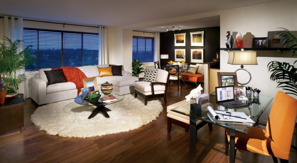 Круглый кремовый ковер в маленькой квартире