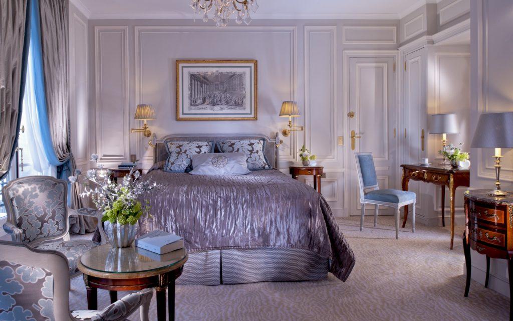 Большой ковер с принтом в классической спальне
