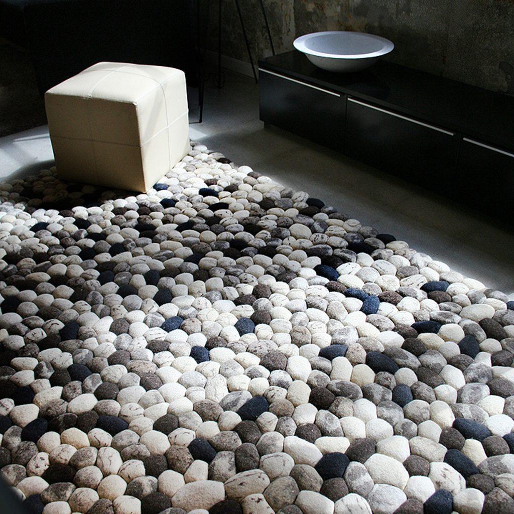 Ковер, стилизованный под камни